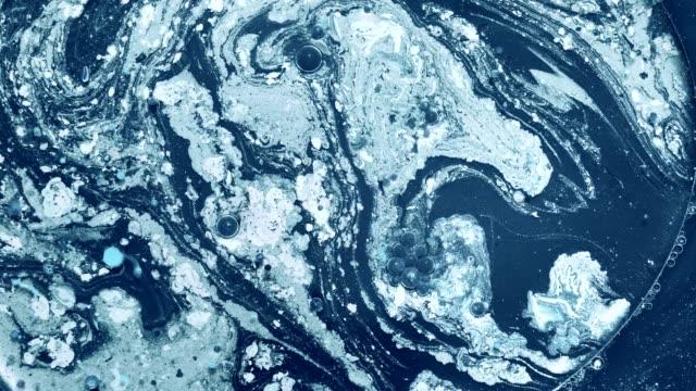 tintenwassermischung chemischer schaum sprudelnde farbbewegung - schaum stock-videos und b-roll-filmmaterial