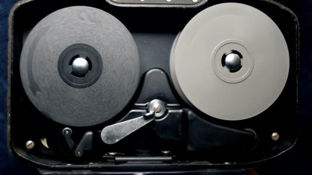 昔ながらのビンテージ アナログ時計じかけ 8 mm の古典的な映画カメラの内部動作機構。使用可能なオーディオ - 映画用カメラ点の映像素材/bロール