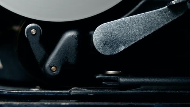 meccanismo di lavoro interno di una vecchia fotocamera da film classica vintage 8mm. audio disponibile - mangianastri video stock e b–roll