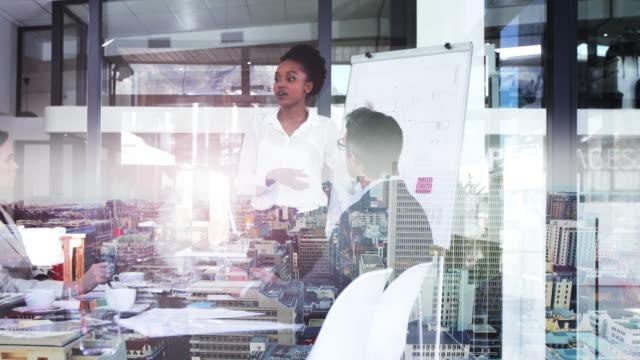 stockvideo's en b-roll-footage met innovatie is essentieel om succesvol te blijven in het bedrijfsleven - dubbelopname businessman