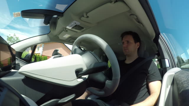 クローズ アップ: 革新的な自律システム公園車自己駐車場アシスタント - 自動運転車点の映像素材/bロール