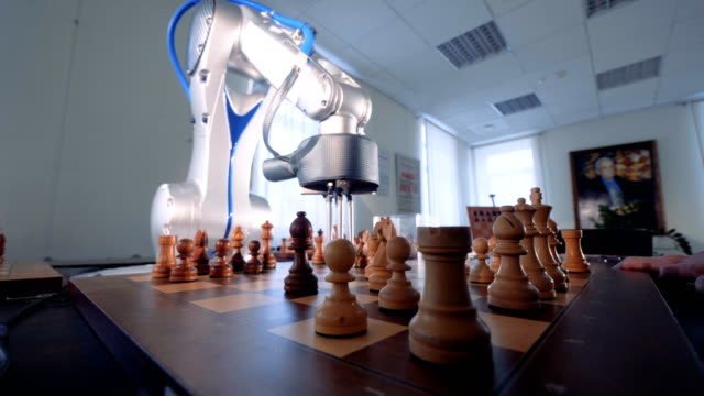 vídeos de stock e filmes b-roll de innovative robotic chess artificial intelligence play chess with a human. - xadrez