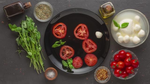 insalata caprese, italienische caprese, büffelmozzarella-käse, frische tomaten, frische tomaten, frisch geschnitten, farro - langzeitbelichtung videos stock-videos und b-roll-filmmaterial