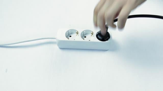 vídeos y material grabado en eventos de stock de inserte y tire de los cables en el cable de extensión. - descarga eléctrica