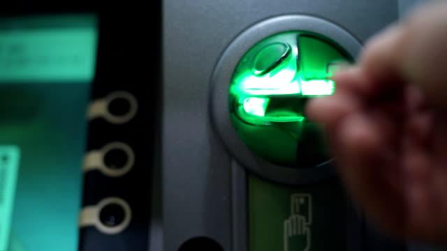 atm にプラスチック製のカードを挿入します。 - 銀行取引点の映像素材/bロール