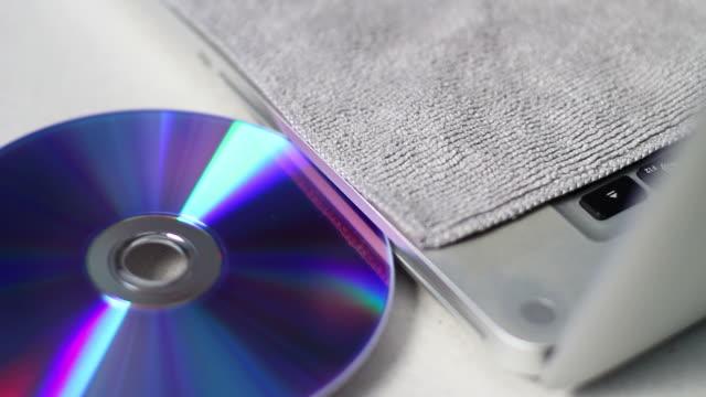 Inserting CD or DVD video