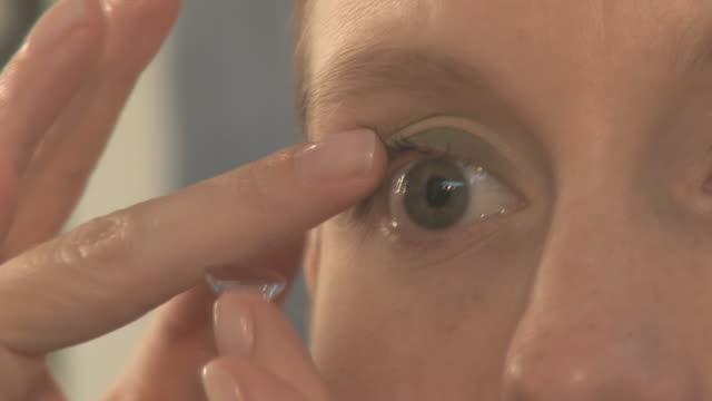 vídeos de stock e filmes b-roll de lente de contacto - contacts