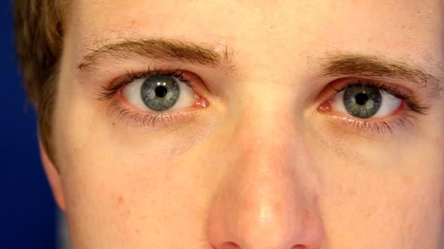 """vídeos de stock e filmes b-roll de inserir as lentes de contacto, macro close-up """"full hd'a 1080 p - contacts"""