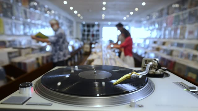 お客様とのレコード店の中 - アナログレコード点の映像素材/bロール