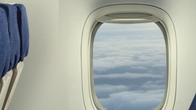 비행기 창 밖으로 확대 내부 - airplane seat 스톡 비디오 및 b-롤 화면