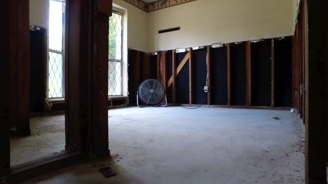 vidéos et rushes de à l'intérieur d'une maison inondée de houston - endommagé