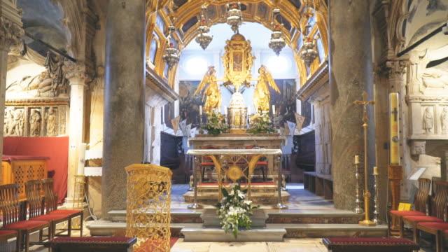 inside of cathedral of saint domnius in split, croatia. - хорватия стоковые видео и кадры b-roll