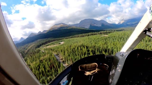 all'interno dell'elicottero in volo sulle montagne rocciose canadesi nel parco provinciale di assiniboine - guardare il paesaggio video stock e b–roll