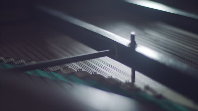 vídeos de stock e filmes b-roll de inside of old clasic piano - piano