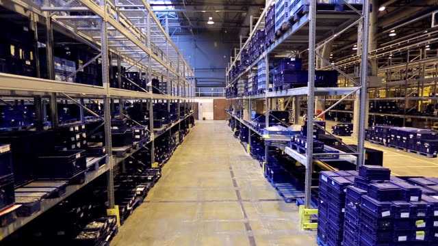 vídeos de stock e filmes b-roll de inside storage warehouse - engradado