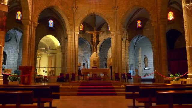 inne i den gamla kyrkan finns ikoner, helgon statyer, bilder och konst målningar - basilika katedral bildbanksvideor och videomaterial från bakom kulisserna