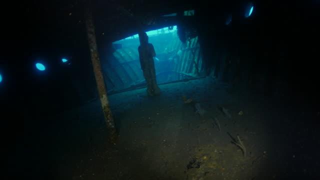 в кабине бога кораблекрушение подводный (4k - кораблекрушение стоковые видео и кадры b-roll