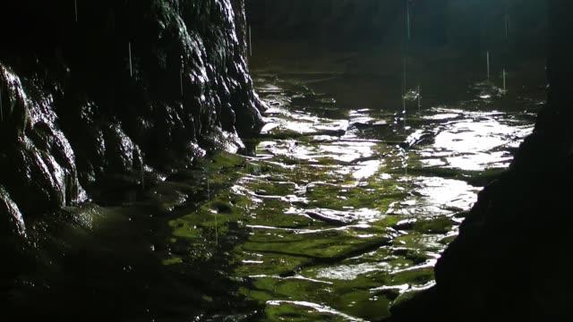 vidéos et rushes de à l'intérieur de la grotte - spéléologie
