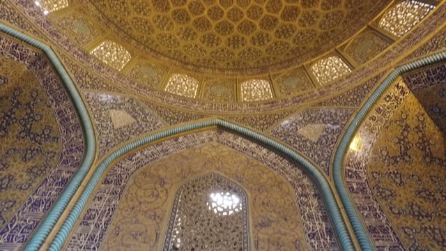 inside the dome of the sheikh lotfollah mosque - soffitto video stock e b–roll
