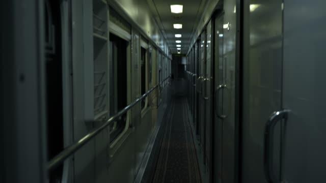 vidéos et rushes de a l'intérieur du wagon. train vide la nuit. chariot de chemin de fer. - wagon