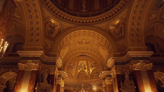 insidan av sankt stefans basilikan i budapest under kvällen med artificiell belysning - basilika katedral bildbanksvideor och videomaterial från bakom kulisserna