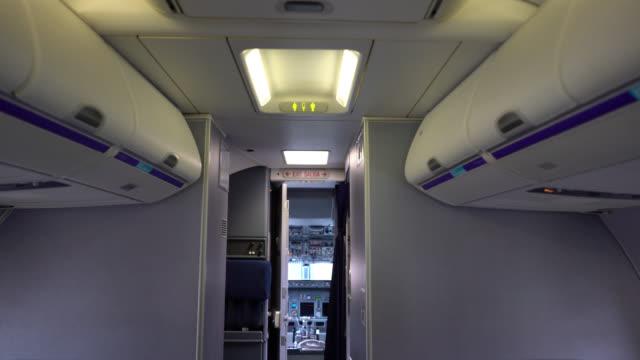 비행기의 조종석 내부 보기 - airplane seat 스톡 비디오 및 b-롤 화면