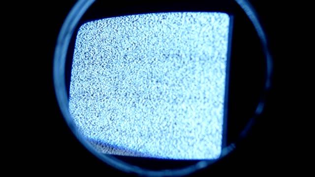 inspekterande analog tv statisk under förstoringsglas - offline bildbanksvideor och videomaterial från bakom kulisserna