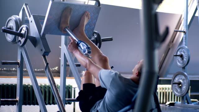 vídeos de stock e filmes b-roll de inspiring amputee athlete having problems while exercising - membro