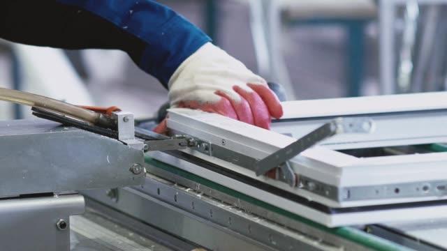 installationszubehör für kunststoff pvc-fenster. schraubendreher (drill - aluminium stock-videos und b-roll-filmmaterial
