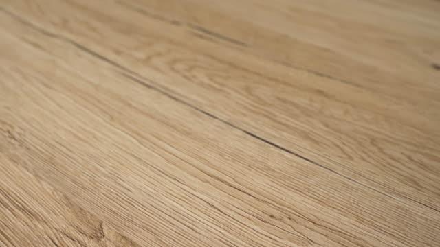vídeos de stock, filmes e b-roll de piso laminado instalado. - wood