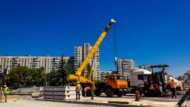 在道路施工現場安裝混凝土板 - 起重機 個影片檔及 b 捲影像