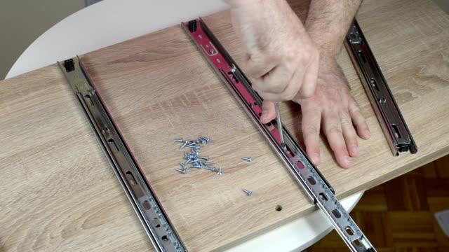 installing drawer slides - wkręt filmów i materiałów b-roll