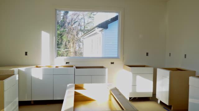 vídeos y material grabado en eventos de stock de instalación de nueva placa de inducción en cocina moderna cocina instalación de gabinete de cocina. - imperfección