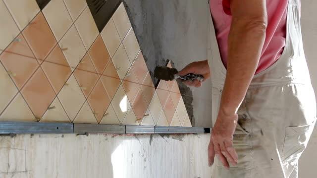 vídeos de stock e filmes b-roll de instalar telhas-aplicar argamassa de parede - concrete wall interior