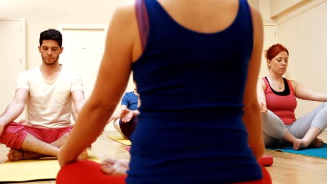 stockvideo's en b-roll-footage met een groep mensen assisteren bij yoga instructeur - 30 39 jaar