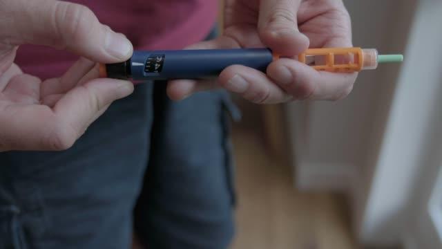 vídeos de stock e filmes b-roll de insulin injection - caneta