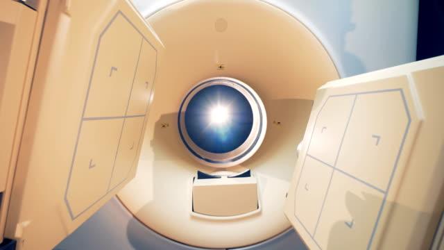 stockvideo's en b-roll-footage met integraal deel uitmaken van een cat-scanner zijn roteren en noodzakelijke positie binnenkomen - medische röntgenfoto