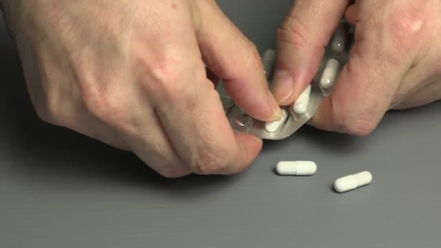 stockvideo's en b-roll-footage met voedingssupplement - doordrukstrip