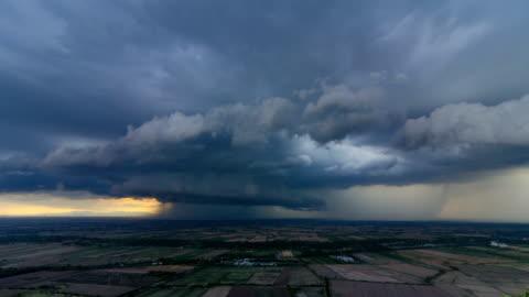 vidéos et rushes de orage intense d'orage supercellulaire rotatif - ciel couvert
