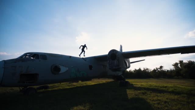 飛行機の翼にエクササイズ - 軍隊点の映像素材/bロール