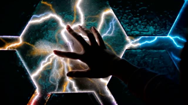 vídeos y material grabado en eventos de stock de exposición interactiva de pantalla táctil en el museo de ciencias - descarga eléctrica