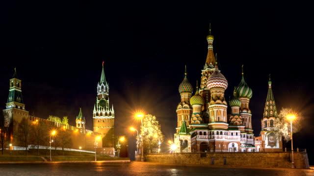 förbön katedralen (st basil's) och spasskij tower av kreml på röda torget i moskva. ryssland. natt belysning och snö faller. - kreml bildbanksvideor och videomaterial från bakom kulisserna