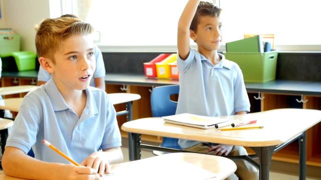興味がある私立学校学生はクラスに参加します。 - 制服点の映像素材/bロール
