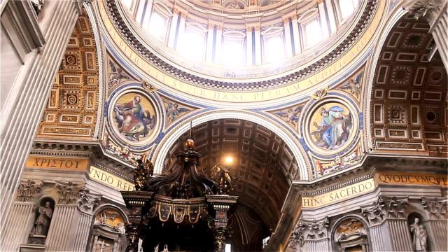inredningen i katedralen i san petro i vatikanen italien - peter the apostle bildbanksvideor och videomaterial från bakom kulisserna