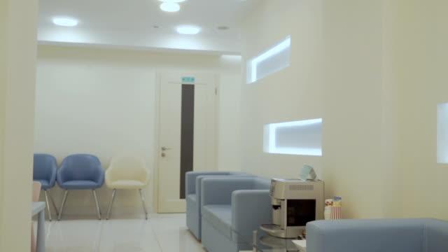 モダンなクリニックのインテリア デザイン - 廊下点の映像素材/bロール