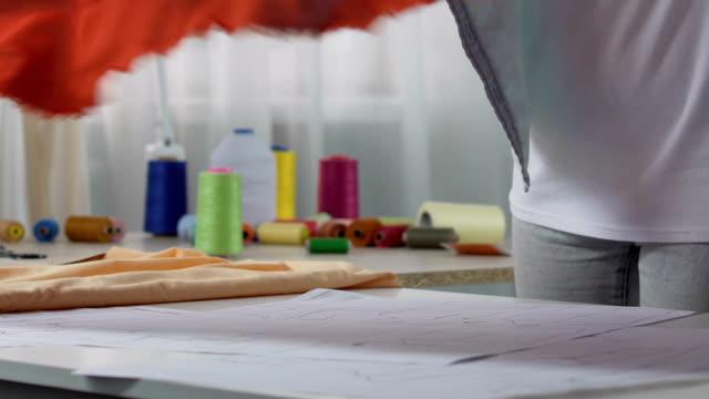interior designer donna misura materiale tenda su tavola, prodotti per la casa - etnia indo asiatica video stock e b–roll