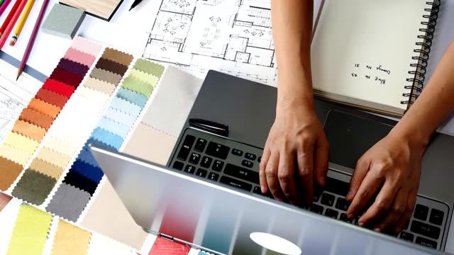 interior designer al lavoro - decorare video stock e b–roll