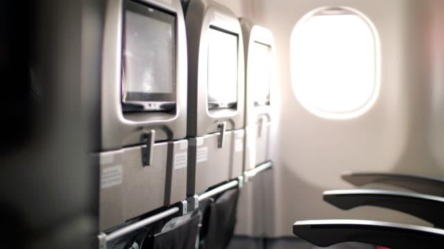 innenseite des flugzeugs in kabine passagier, dolly schuss - wohngebäude innenansicht stock-videos und b-roll-filmmaterial