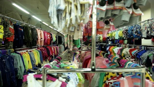vídeos de stock, filmes e b-roll de interior de uma loja de thrift brilhante, limpa - arméria