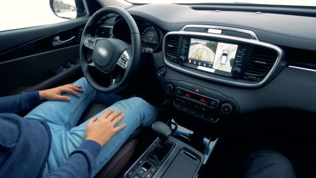 自動的に動いている車のインテリア。自動運転自動操縦自律走行車 - 自動運転車点の映像素材/bロール